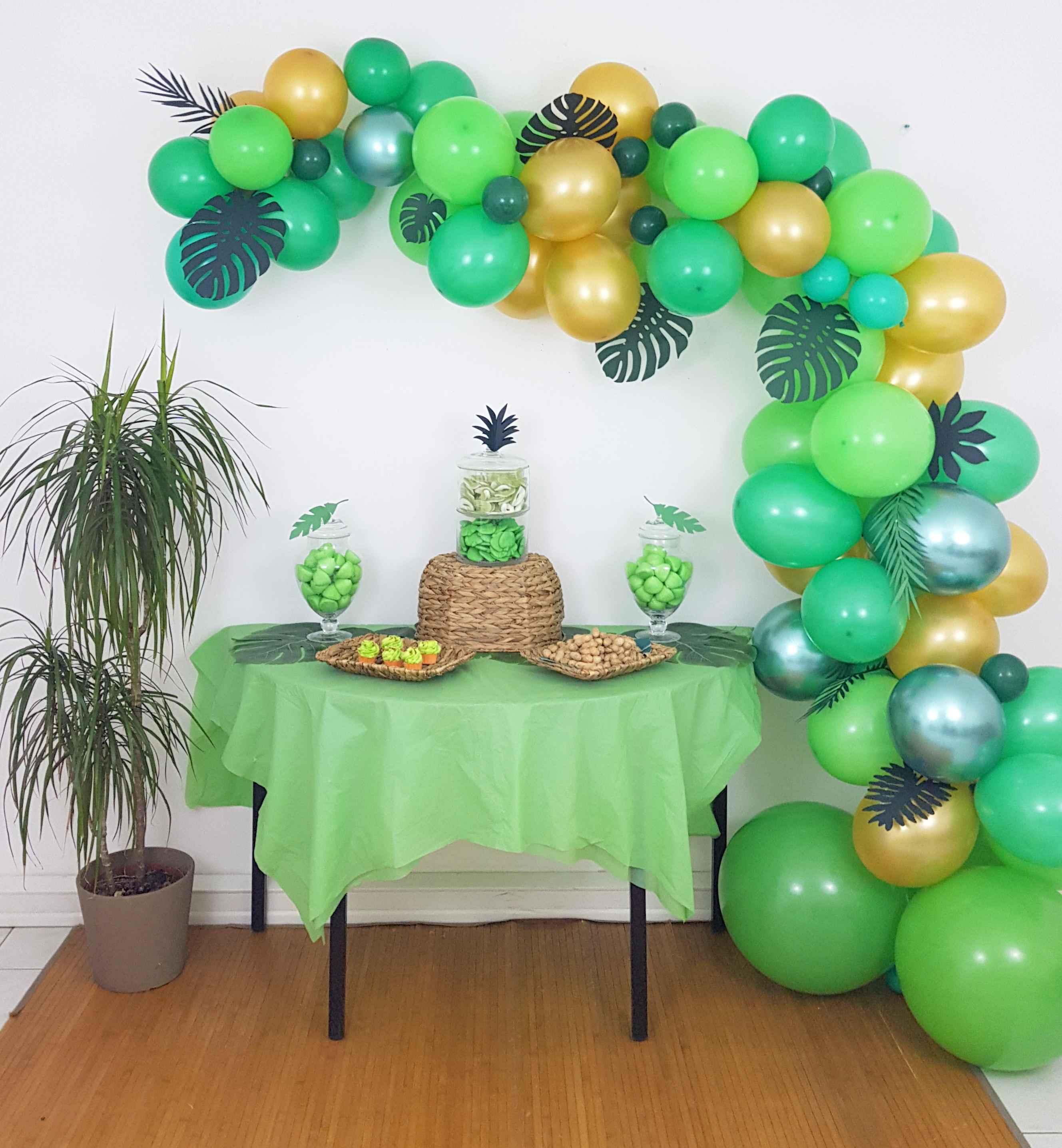 Sweet table anniversaire jungle vert et dor - Deco table jungle ...