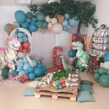 Tellement heureuse de vous partager la décoration pour fêter les 6 ans de Maota sur le thème Dinosaure 🎈 Je vous fais quelques carrousels pour vous montrer toutes les idées pour une Dino party. ♥️ Maota est venu me faire un gros gros calin de merci en cours d'après-midi... ce qui va valu une petite larmichette. 6 ans déjà... je le revois encore en peau à peau à la maternité... où est mon bébé ? 6 ans (plus toutes ses dents...), 1m20 bien passé, 34kg, taille 35 en chaussures 😱 un vrai mini daddy... 🎈 Merci @eleventplanner pour la scénographie de folie avec le travail incontestable de @monjjbynoubtek que je vous mets en carrousel et @lesgateauxdemilie89 une belle découverte que je vous partage aussi ! Sans oublier @leballonelegant Et @monstickermadeco  #anniversaireenfant #dino #dinoparty #kidspartyideas #kidspartydecor #birthdaydecor #organicballoons #balloondesigner #mybbshowershop #wildparty #anniversaire #balloons #ballonsorganiques #archedeballons #guirlandedeballons #decoanniversaire